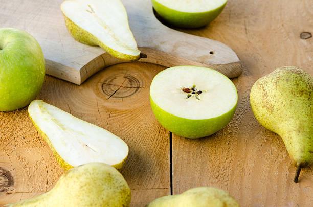 Gâteaux sucrés et frais de vert de poires sur Tableau en bois avec des pommes - Photo