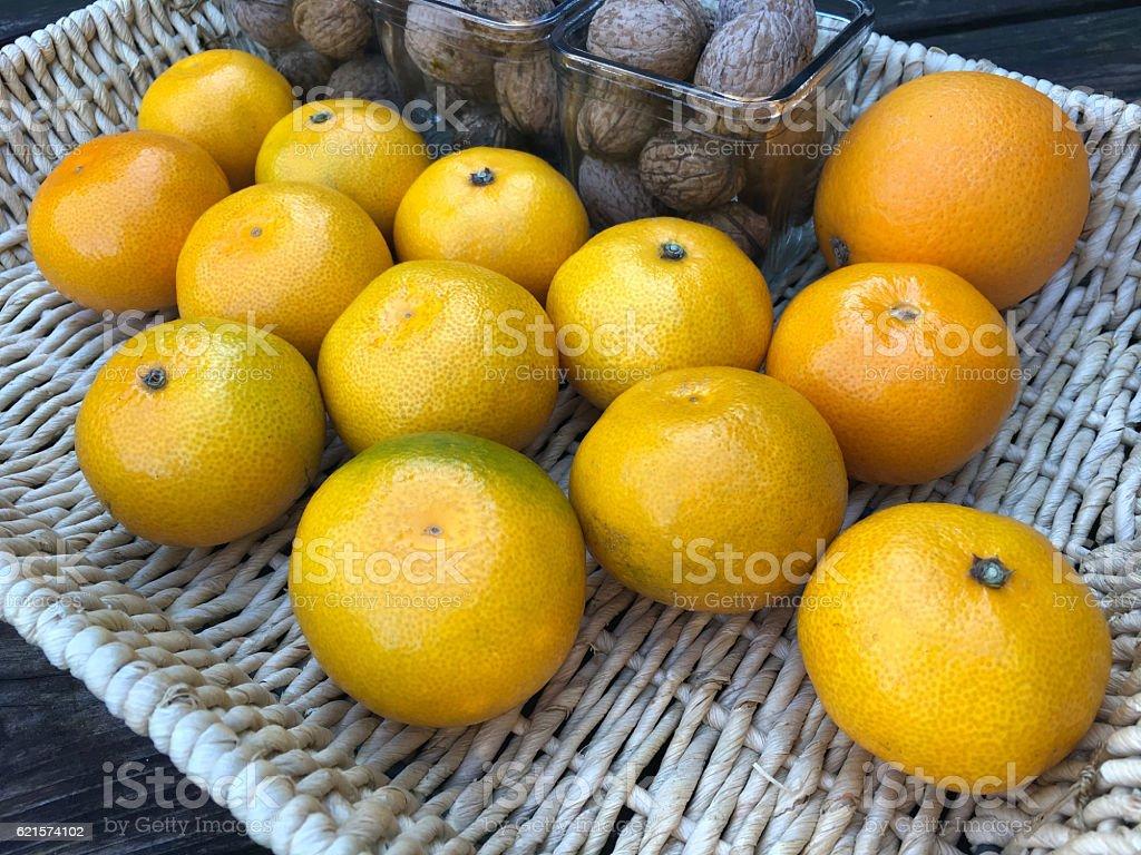 Fresh tangerines and walnuts photo libre de droits