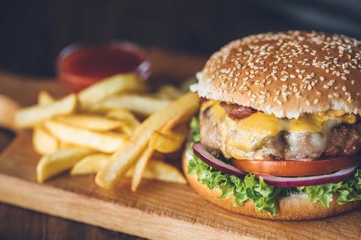 Verse Smakelijke Hamburger Stockfoto en meer beelden van Aardappel