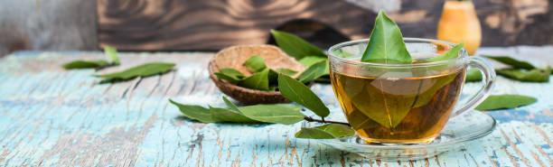 Ahşap rustik masada bir bardak defne yaprağı taze çay stok fotoğrafı
