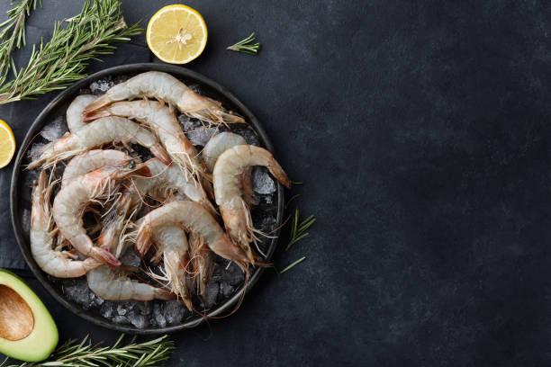 camarões tigre frescos em um prato com gelo - cru - fotografias e filmes do acervo