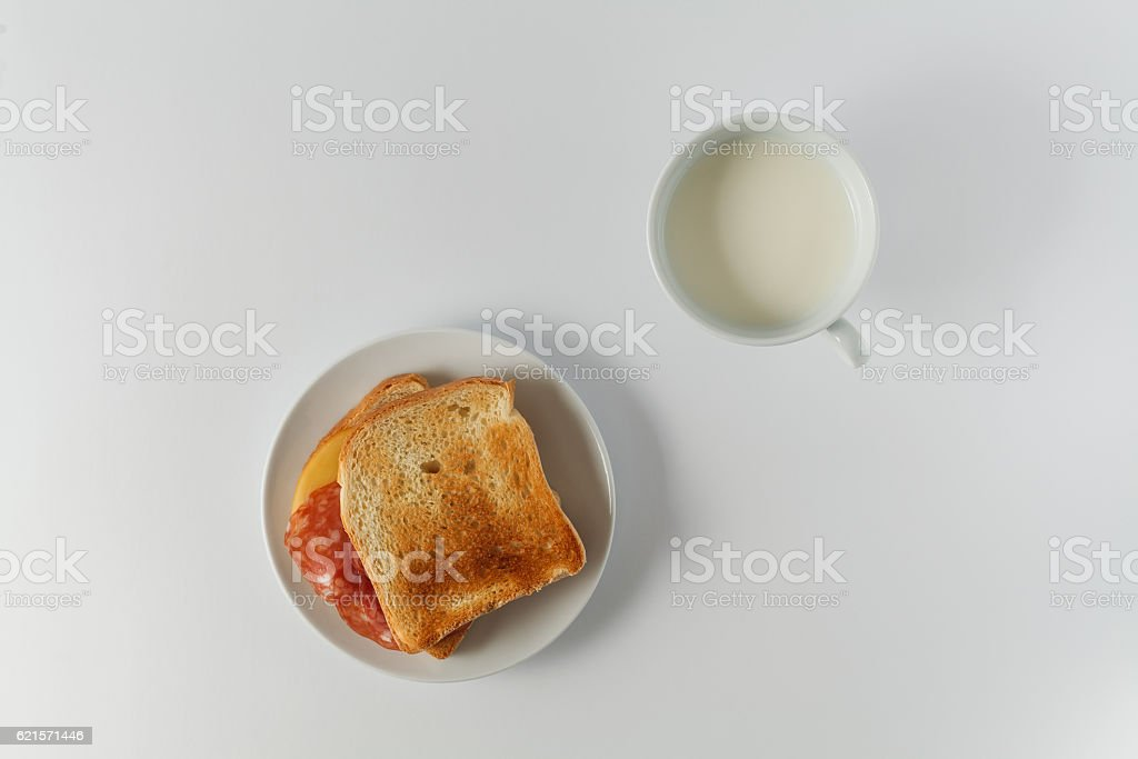 fresh toast in a plate on the table photo libre de droits