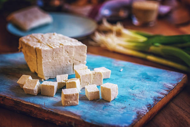 verse tofu en lente-uitjes - tofoe stockfoto's en -beelden