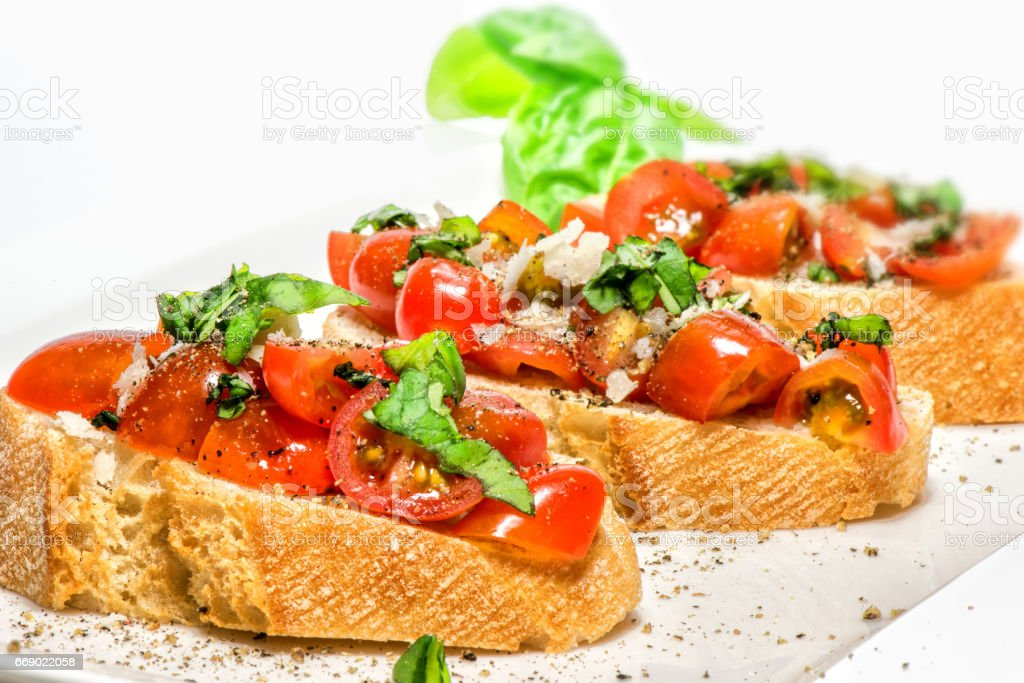 Fresh tomato basil bruschetta on toast – zdjęcie