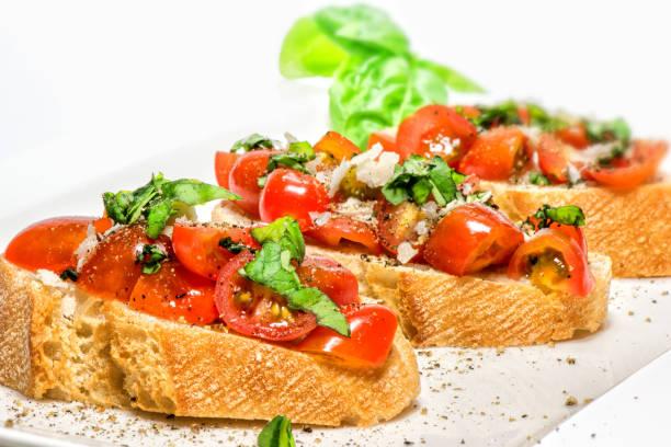 신선한 브루스케타 토마토색 바실은 저녁에만 - 브루스케타 뉴스 사진 이미지