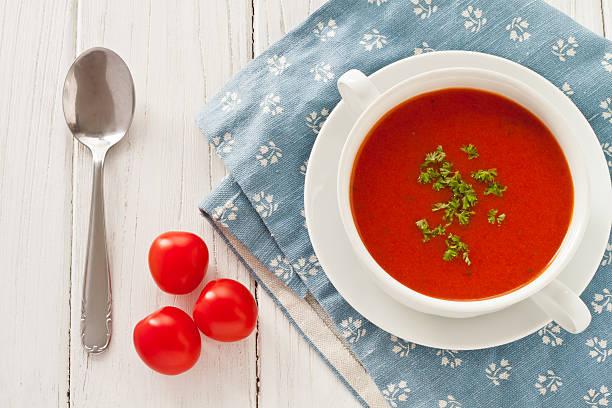 frische tomaten - hausgemachte tomatensuppen stock-fotos und bilder