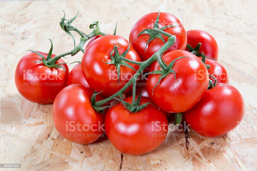 Tomates frescos en un conjunto sobre mesa de madera - foto de stock