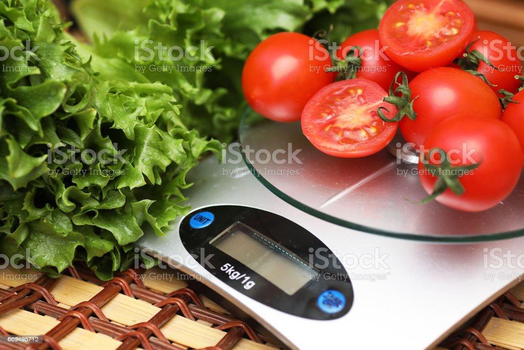 Tomates frescos de cocina Balanzas de pesaje - foto de stock
