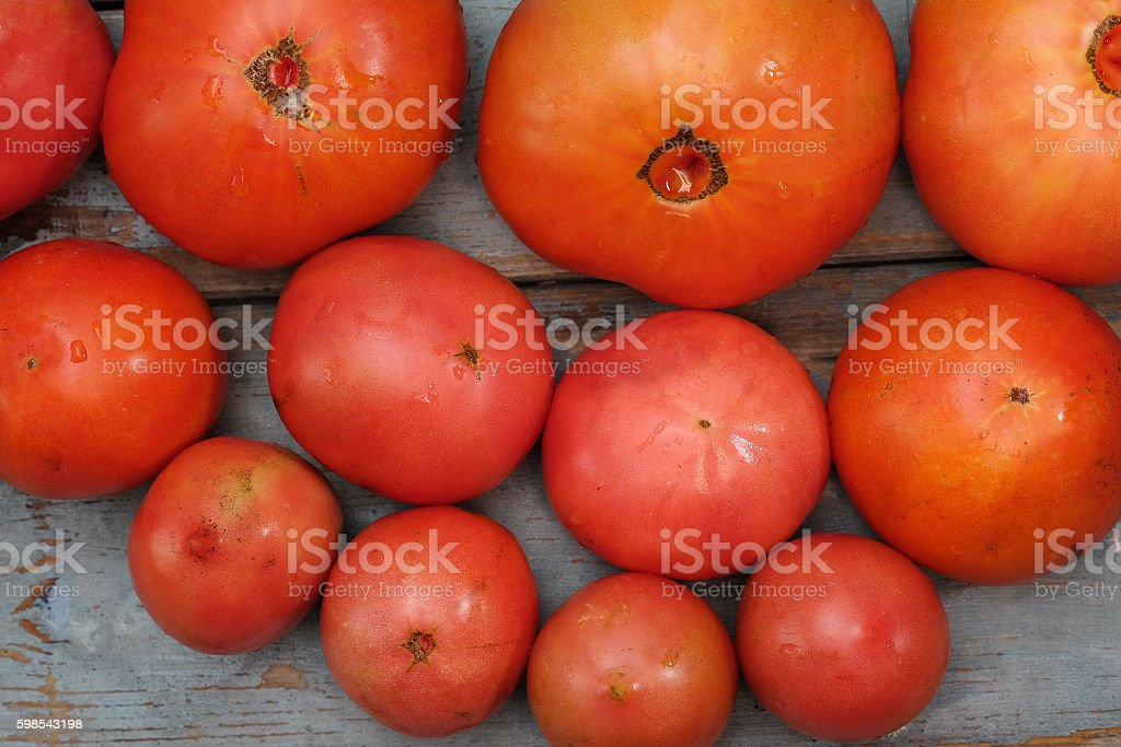 Fresh tomatoes on the wooden table photo libre de droits