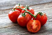 木製の背景に、新鮮なトマト