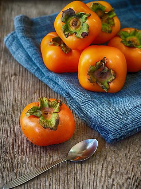 fresh tropical fruit persimmon - sharonfrucht stock-fotos und bilder