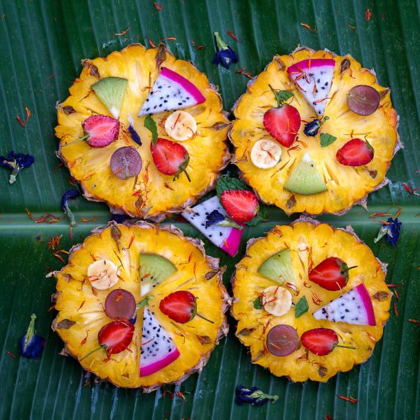 frische tropische früchte pizza mit ananas, erdbeeren, kiwi, trauben, bananen und drachen frucht, thailand - ananaskuchen stock-fotos und bilder