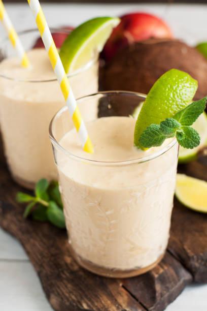 frische tropische smoothie zutaten - pfirsich milchshake stock-fotos und bilder