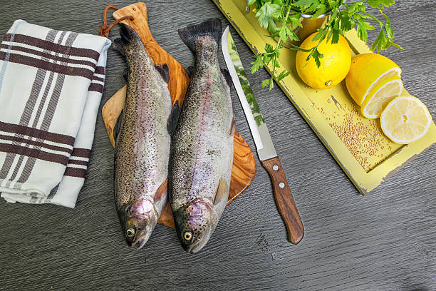 freshwater trout lake mit zitrone auf einem holztablett - essensrezepte stock-fotos und bilder