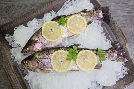 Frische Forellen Mit Zitrone Auf Einem Hölzernen Tablett Stockfoto und mehr Bilder von Abnehmen
