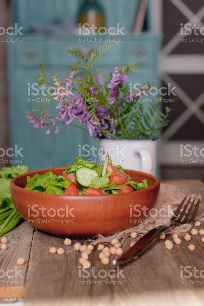 餐桌上廚房的新鮮蔬菜沙拉 - 免版稅健康的生活方式圖庫照片