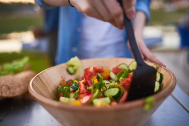 frisches gemüse-salat  - partysalate stock-fotos und bilder