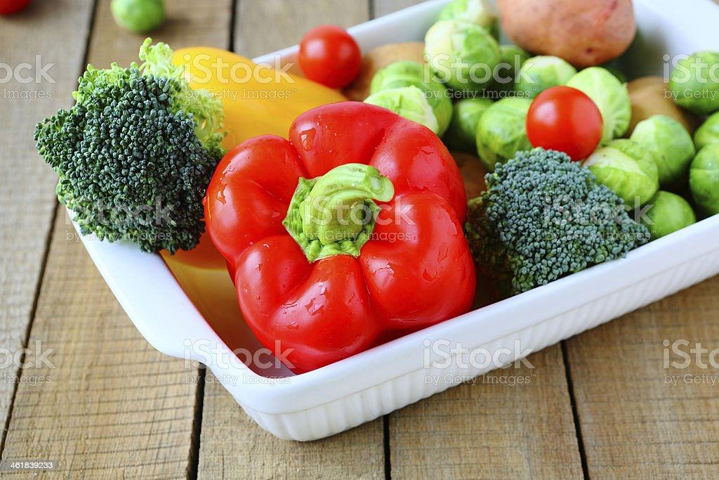 Verduras frescas y utensilios de cocina - Foto de stock de Alimento libre de derechos
