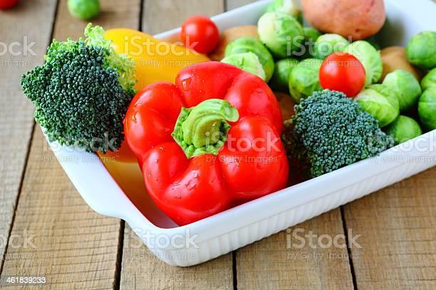 Verduras Frescas Y Utensilios De Cocina Foto de stock y más banco de imágenes de Alimento