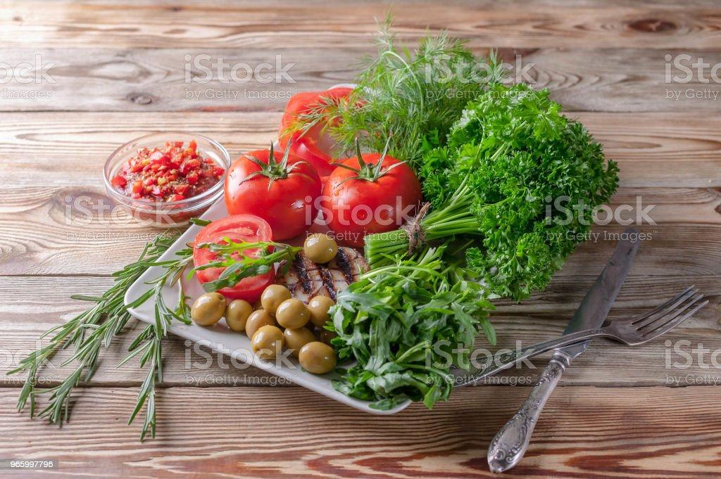 Färska grönsaker och örter. Röda tomater, röd paprika, persilja, dill, ruccola, vitlök, rosmarin. Bio hälsosam matkoncept. - Royaltyfri Fotografi - Bild Bildbanksbilder