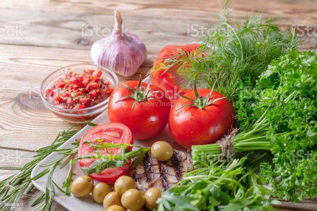 Verse groenten en kruiden. Rode tomaten, rode paprika, peterselie, dille, notensla, knoflook, rozemarijn. Bio gezonde voeding concept. - Royalty-free Biologisch Stockfoto