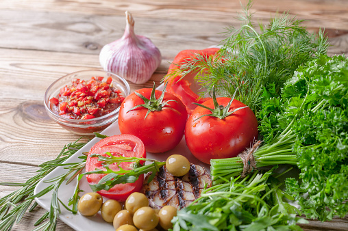 Verse Groenten En Kruiden Rode Tomaten Rode Paprika Peterselie Dille Notensla Knoflook Rozemarijn Bio Gezonde Voeding Concept Stockfoto en meer beelden van Biologisch