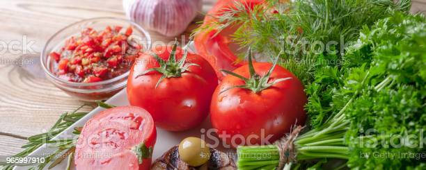 Fresh Vegetables And Herbs Red Tomatoes Red Sweet Peppers Parsley Dill Arugula Garlic Rosemary Bio Healthy Food Concept Banner - Fotografias de stock e mais imagens de Agricultura