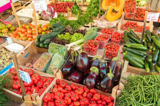 Frisches Gemüse und Salat zum Verkauf – Foto