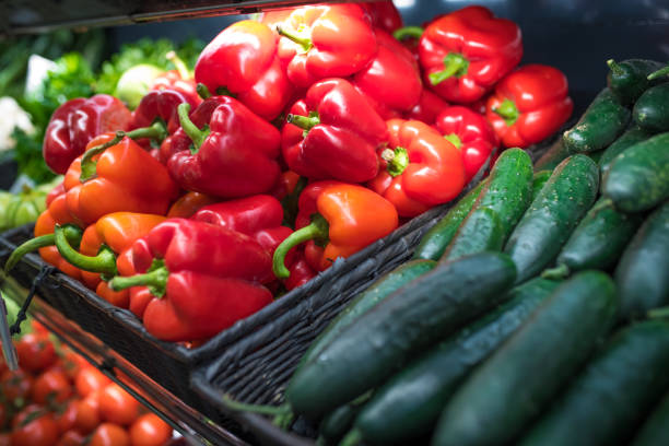 färska grönsaker på en matmarknad - gurka och paprika - cooking sho bildbanksfoton och bilder