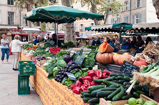 légumes frais sur le marché français - aix en provence photos et images de collection