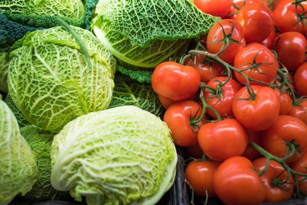 färska grönsaker på livsmedelsmarknaden - kål och tomater - cooking sho bildbanksfoton och bilder