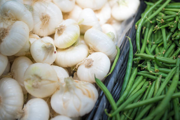 färska grönsaker på livsmedelsmarknaden - lök och gröna bönor - cooking sho bildbanksfoton och bilder
