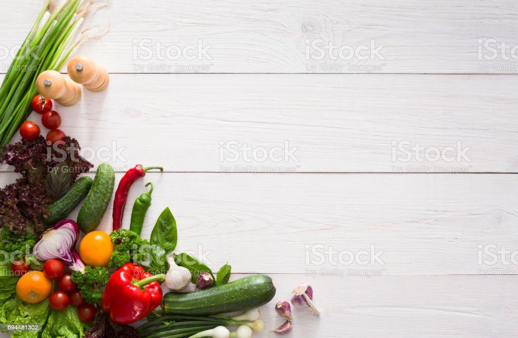 コピー スペースを持つ白いウッドの背景の境界線の新鮮な野菜 ストックフォト