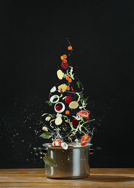 frisches gemüse fallen in edelstahl-kasserolle - chefkoch auflauf stock-fotos und bilder