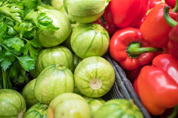 färska grönsaker i en matmarknad - röd paprika och zucchini - cooking sho bildbanksfoton och bilder