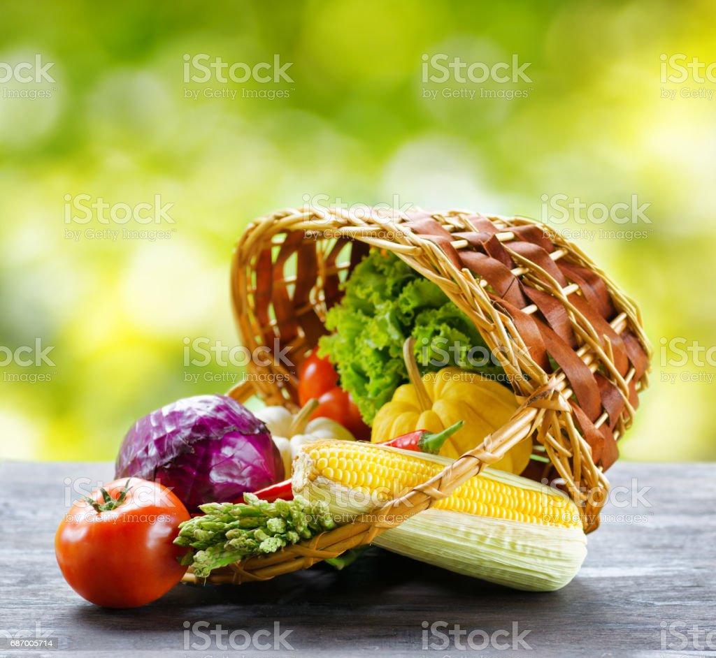 Frisches Gemüse in den Korb auf Holztisch Lizenzfreies stock-foto