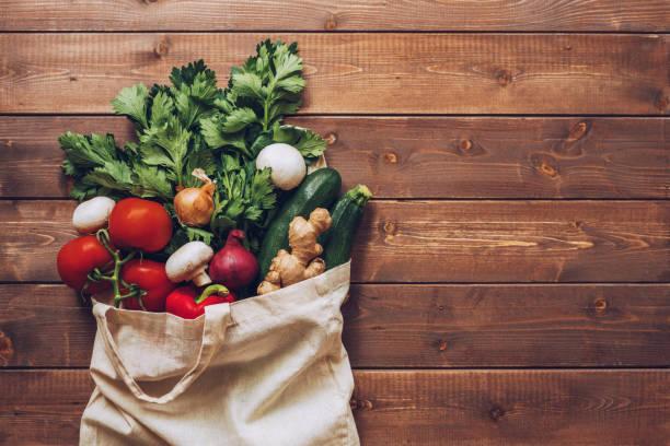 廚房櫃檯的生態棉袋中新鮮蔬菜 - 清新 個照片及圖片檔