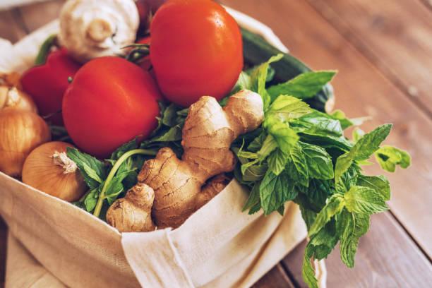 Frisches Gemüse in der Öko-Baumwolltasche an der Küchentheke – Foto