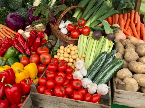 stand di mercato per verdure fresche - bancarella foto e immagini stock
