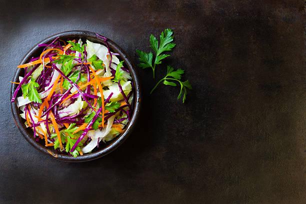 légumes frais, une salade de chou violet, salade et carotte. vue du haut - saladier photos et images de collection