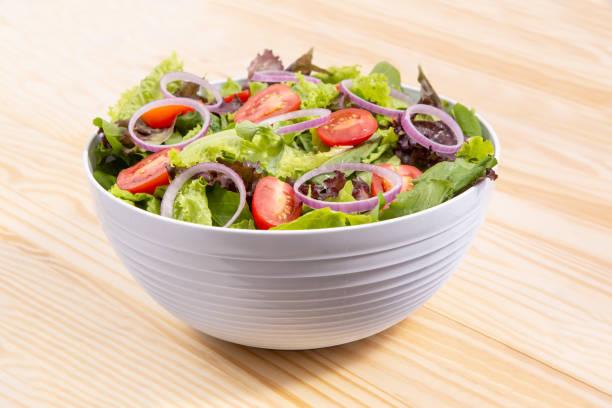 新鮮蔬菜沙拉與捲心菜, 洋蔥和番茄在碗顏色 - 沙律碗 個照片及圖片檔