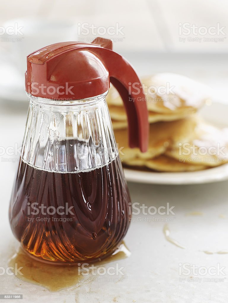Fresh Vermont maple syrup with pancakes royaltyfri bildbanksbilder