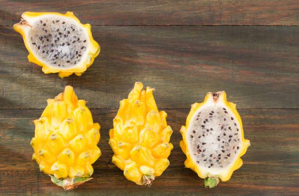 frische gelbe pitaya-selenicereus megalanthus. top view - kaktusfrucht stock-fotos und bilder