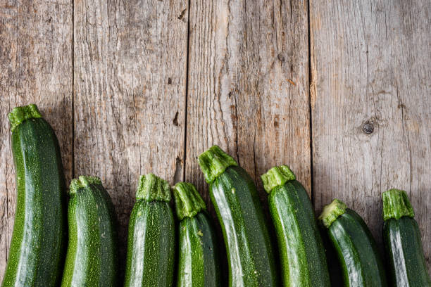 verse courgette of groene courgette, vers boerderij produceren, zomerpompoen, overhead - mergpompoen stockfoto's en -beelden