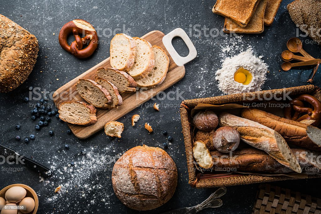 Freshly baked bread on wooden table圖像檔