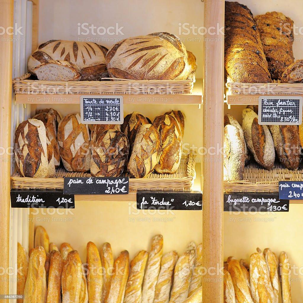 Pains tout juste sortis du four de la boulangerie française - Photo
