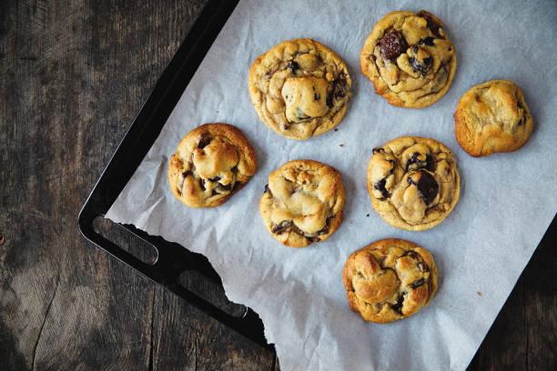 frisch gebackenen chocolate-chip-cookies - hausgemachte zuckerplätzchen stock-fotos und bilder