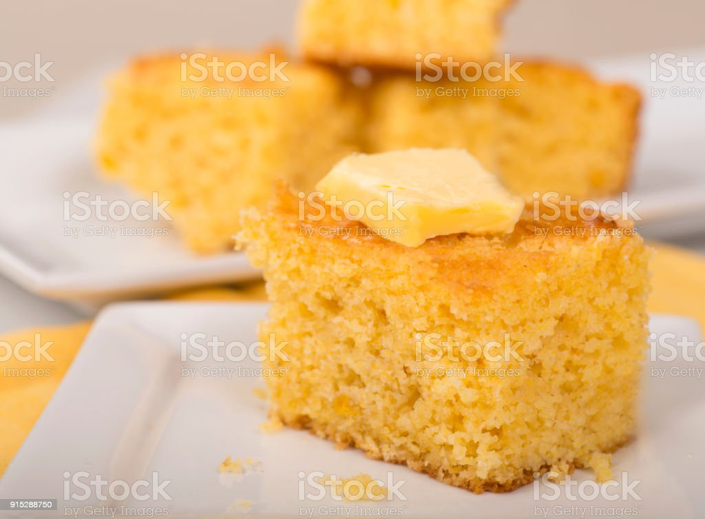 Acabados de cozer pão de milho com manteiga cremosa no topo - foto de acervo