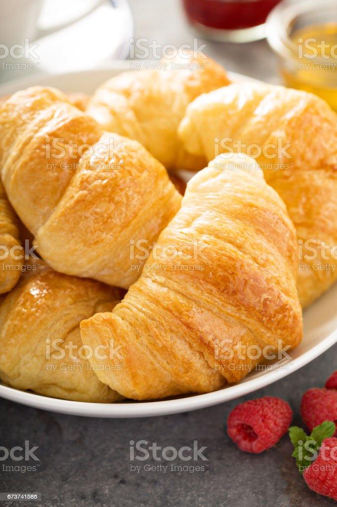 Freshly baked croissants in a bowl photo libre de droits