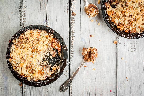 freshly baked crumble - himbeer crumble stock-fotos und bilder